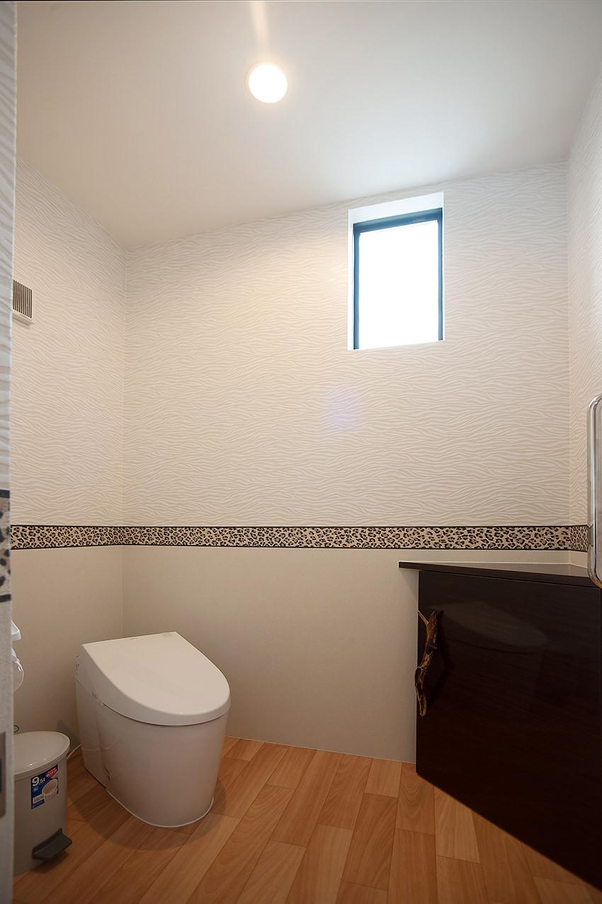 トイレのスペースも広く、シックな収納棚がおしゃれ