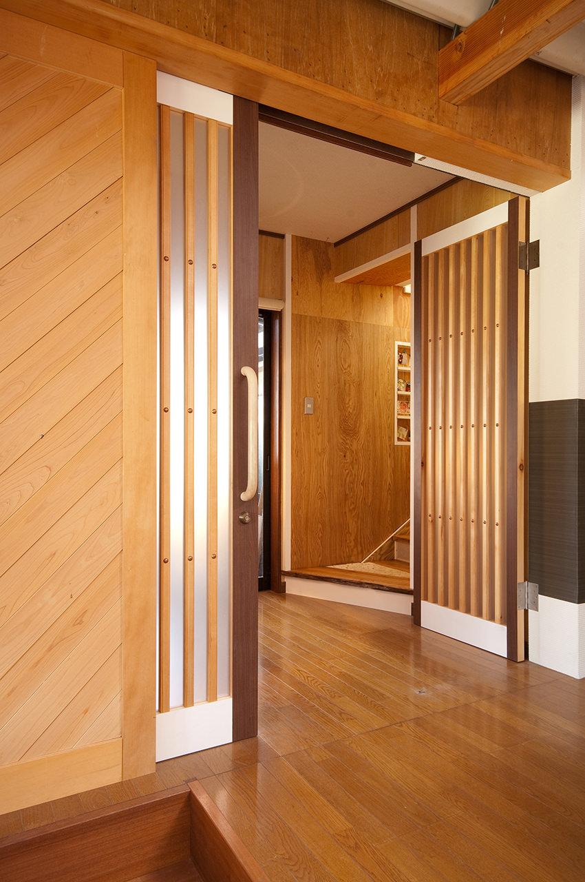大きな木材のスライドドア