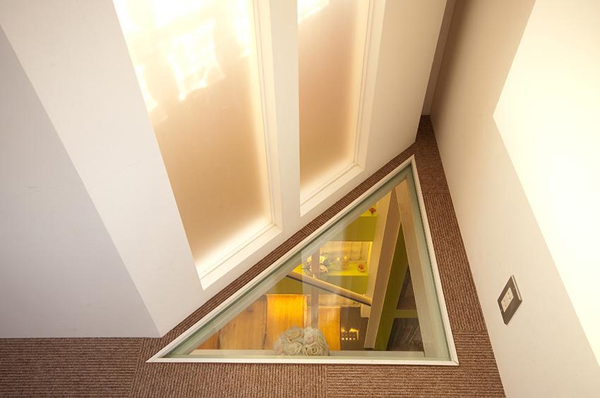 下の階段スペースにも上手に光が差し込みます